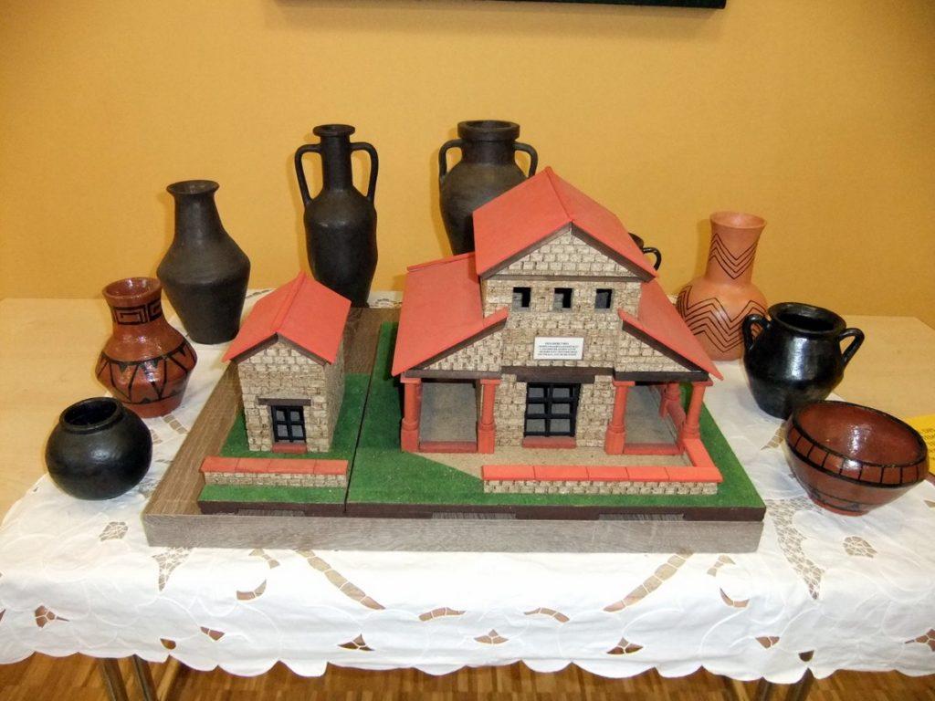 Tempelmodell mit den getöpferten Keramikgegenständen